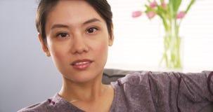 Atrakcyjna Mieszana Biegowa kobieta patrzeje kamerę obrazy stock