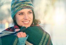 Atrakcyjna mieszana biegowa kobieta smilling w śniegu Zdjęcia Stock