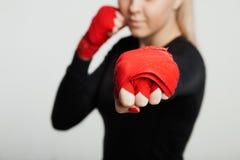 Atrakcyjna MMA sportsmenka w ręka opakunku pozować Na białym tle fotografia royalty free