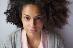 Atrakcyjna młoda amerykanin afrykańskiego pochodzenia kobieta Zdjęcia Royalty Free