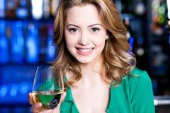 Atrakcyjna młoda dziewczyna pije wino Fotografia Stock