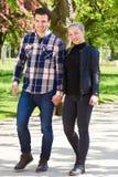 Atrakcyjna modna para cieszy się spacer obraz stock