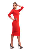 Atrakcyjna mody kobieta jest ubranym szczupłego czerwieni sukni odprowadzenie Zdjęcie Stock