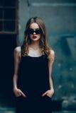Atrakcyjna mody kobieta w czerni sukni fotografia royalty free
