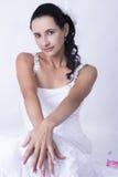 Atrakcyjna panna młoda kędzierzawego włosy biała ślubna toga Obrazy Royalty Free