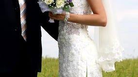 Atrakcyjna para świętuje po tym jak ich ślub na pięknym natura krajobrazie zbiory