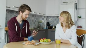 Atrakcyjna para ma śniadanie w kuchni wpólnie w domu fotografia stock