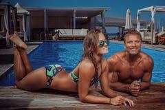Atrakcyjna para, przystojna mięśniowa samiec i seksowna kobieta relaksuje blisko basenu po pływać, TARGET250_0_ wakacje Obrazy Royalty Free