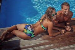 Atrakcyjna para, przystojna mięśniowa samiec i seksowna kobieta relaksuje blisko basenu po pływać, TARGET250_0_ wakacje Zdjęcia Stock