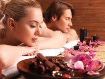 Atrakcyjna para relaksuje przy zdroju salonem Obrazy Stock