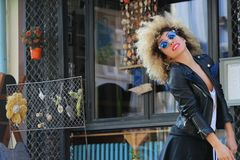 atrakcyjna piękna kędzierzawa dziewczyna miastowa zdjęcia stock