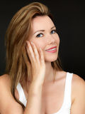 Atrakcyjna Piękna młoda kobieta Stosuje twarzy śmietanki Moisturiser obrazy stock