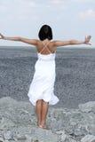 atrakcyjna plażowa skalista kobieta Obrazy Royalty Free