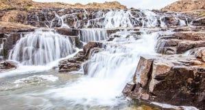 Atrakcyjna pobocze kaskady siklawa wzdłuż sposobu zachodni Westfjords, Iceland, Europa fotografia stock