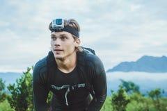 Atrakcyjna podróżnika vith GoPrO kamera na jego ręce przeciw półdupkom zdjęcia royalty free