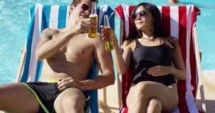 Atrakcyjna potomstwo para cieszy się piwo zdjęcie wideo