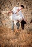 Atrakcyjna potomstwo para opiera przeciw skały ścianie ma zabawę Fotografia Stock