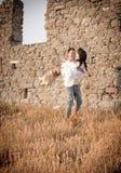 Atrakcyjna potomstwo para opiera przeciw skały ścianie ma zabawę Obraz Stock