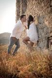 Atrakcyjna potomstwo para opiera przeciw skały ścianie outdoors ma zabawę Fotografia Stock