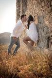 Atrakcyjna potomstwo para opiera przeciw skały ścianie outdoors ma zabawę Fotografia Royalty Free