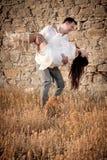 Atrakcyjna potomstwo para opiera przeciw skały ścianie outdoors ma zabawę Zdjęcia Royalty Free