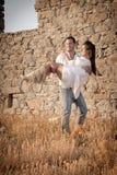 Atrakcyjna potomstwo para opiera przeciw skały ścianie outdoors ma zabawę Zdjęcie Stock
