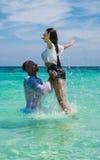 Atrakcyjna potomstwo para w morzu zdjęcia royalty free