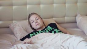 Atrakcyjna powolna blondynki dziewczyna dostaje out łóżko w wczesnym poranku zdjęcie wideo