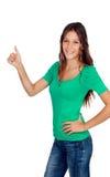 Atrakcyjna przypadkowa dziewczyna mówi Ok w zieleni Fotografia Royalty Free
