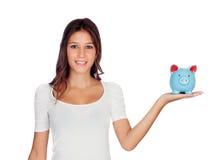 Atrakcyjna przypadkowa dziewczyna z błękitnym moneybox Fotografia Stock