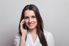 Atrakcyjna przypadkowa młoda kobieta opowiada na jej telefon komórkowy Obrazy Royalty Free