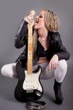 Atrakcyjna punkowa dziewczyna z tatuażami bawić się gitarę elektryczną Obrazy Royalty Free