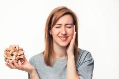 Atrakcyjna 24 roczniak biznesowej kobiety patrzeje wprawiać w zakłopotanie z drewnianą łamigłówką Zdjęcia Royalty Free