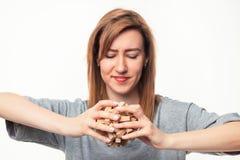 Atrakcyjna 24 roczniak biznesowej kobiety patrzeje wprawiać w zakłopotanie z drewnianą łamigłówką Fotografia Stock