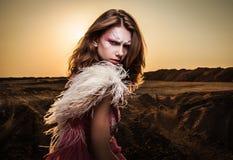 Atrakcyjna romantyczna kobieta na pięknej menchii sukni pozie plenerowej. Zdjęcie Royalty Free