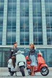 Atrakcyjna romantyczna para, przystojny mężczyzna i seksowna kobieta, wydajemy czas wpólnie outdoors przeciw drapaczowi chmur Cho fotografia royalty free