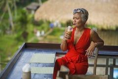 Atrakcyjna 40s, 50s Azjatycka kobieta z lub relaksował przy pięknym zdjęcia stock