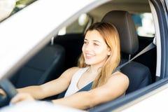 atrakcyjna samochodowa napędowa kobieta zdjęcia royalty free