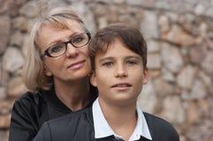 Atrakcyjna, samotny rodzic mama, i nastoletni syn w parku fotografia zdjęcia royalty free
