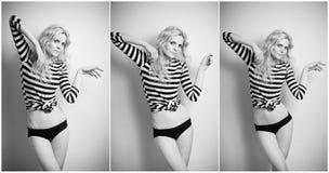 Atrakcyjna seksowna blondynka w czarny i biały ciasnej napad sukni, bikini pozuje provocatively i zmysłowa portret kobieta Zdjęcia Royalty Free