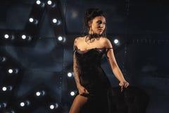 Atrakcyjna seksowna kobieta w czarnej wieczór sukni obrazy stock