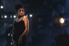 Atrakcyjna seksowna kobieta w czarnej wieczór sukni obraz stock