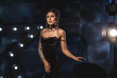 Atrakcyjna seksowna kobieta w czarnej wieczór sukni fotografia royalty free