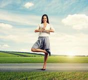 Atrakcyjna smiley kobieta w joga pozie Obraz Stock