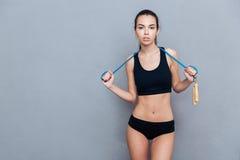 Atrakcyjna sport dziewczyna trzyma skokową arkanę i patrzeje kamerę obraz royalty free