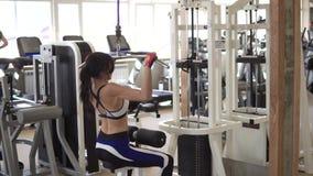 Atrakcyjna sportsmenka robi ćwiczeniu na stażowym aparacie w gym dziewczyna robi ćwiczeniu na mięśniach zbiory wideo