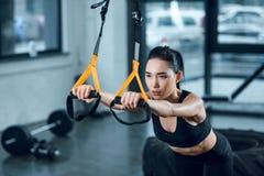 atrakcyjna sporty kobieta pracująca z zawieszenie patkami out fotografia royalty free