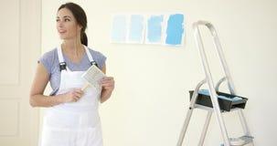 Atrakcyjna sposobna kobieta redecorating ona do domu zbiory