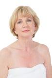 Atrakcyjna stara dama przy zdrojem Obrazy Stock