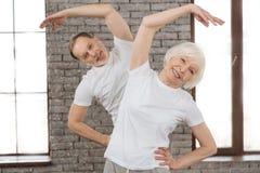 Atrakcyjna stara kobieta robi ranków ćwiczeniom obrazy stock